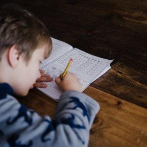 宿題を隠してやらない小学生は放置!学校で怒られ自覚しろ